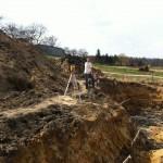 Geodeta wykonuje wytyczenie budynku oraz przyłączy.